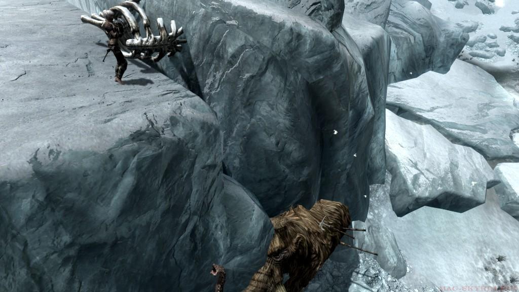 Сверху каменный желоб по нему можно попробовать соскользнуть мамонту на спину
